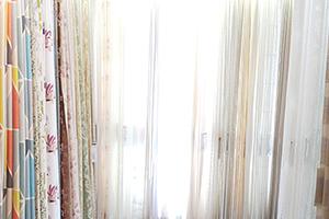220cmの高さの実物カーテンサンプルを常時800点以上展示